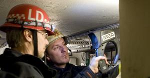 Brandmännen på jakt efter elden med hjälp av en infrarödkamera.