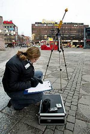 0.0025 W/kvm. Så hög är strålningen från radio- och mobilmaster på Stortorget, noterar Veronica Frisk, Åf. Hur mycket av av strålningen som kommer från G3-masten på det hus där Indiska ligger är dock svårt att säga. Foto: LARS WIGERT