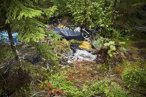 Koppar. I skogen bredvid lägerplatsen, norr om Gävle, låg kabelskal. Polisen misstänker att det är rester efter stulna kopparkablar.