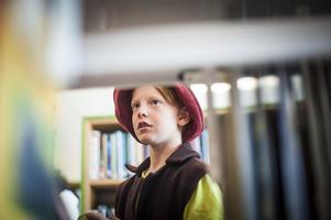Alexander, 9 år, letar sig fram mellan hyllorna.