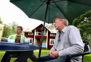Att avla fram renrasiga djurarter är det stora intresset för Tommy Håkansson, till vänster, och Kent Eriksson. Foto:Gunne Ramberg