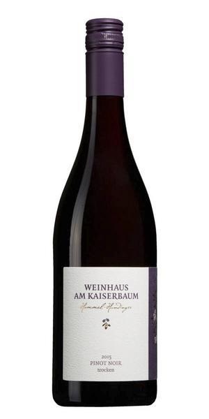 2766 Weinhaus am Kaiserbaum Pinot Noir Trocken 2015 från Pfalz, Tyskland för 99 kr (75 cl) är ett delvis fatlagrat vin med bärig karaktär som är gott till chark, kalkon eller rosastekt lamm. Medelfyllig smak av hallon, jordgubbar, peppar, mynta, kaffe och fattoner.