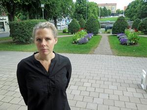 Desirée Kjellberg är intendent på Sveriges Fängelsemuseum och leder projektet som syftar till att skaffa mer kunskap om avrättningsplatser i Gävleborg. Här står hon vid Rådhuset, platsen där bland annat fem kvinnor avrättades 1675, anklagade för häxeri.