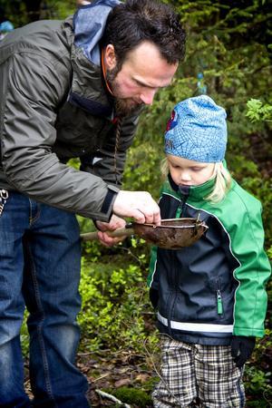 Patrik Leander hjälper sonen Vide med småkrypsfisket.