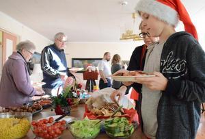 Ett julbord för alla. Astma och allergiföreningen i Bergslagen har dukat fram. Liam Olofsson är en av matgästerna som förser sig av allt det goda som bjuds.