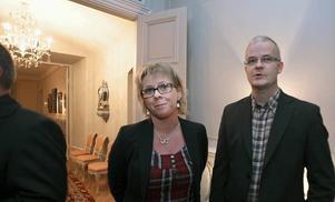 """Säljer kök. Ann-Catrin Wilson och Hasse Sundin arbetar för Norddesign kök i Gävle. De har etablerat sig snabbt och gissar på att de blivit inbjudna på grund av det. """"Vi är ganska nya i stan och hoppas under kvällen lära känna andra människor som driver företag här"""", säger Ann-Catrin Nilsson."""