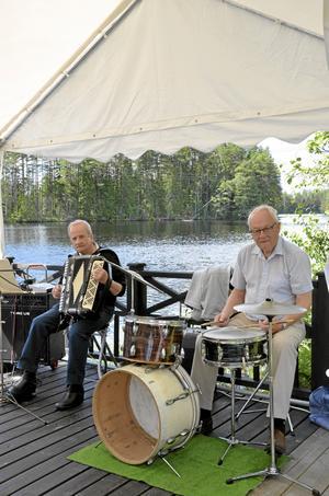 Underhållning. Enar Nilsson och Åke Zaring spelade för bryggans fikagäster.