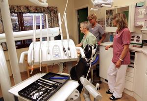 Tandhygienisten Margareta Selin och tandsköterskorna Gertrud Amundsson och  Gunilla Åström och arbetat sedan de nya lokalerna invigdes 1984.