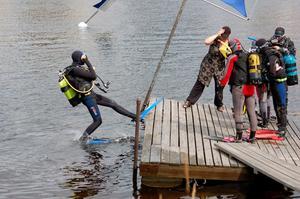 Plums! Apparatdykare hoppar ner i vattnet i jakt på att finna frågorna på älvens botten. Foto:Linnea Kallberg