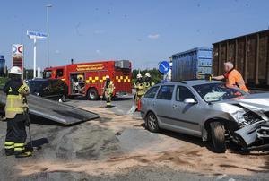 Två personbilar krockade utanför Biltema.