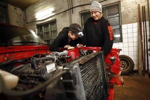 """SÄTTER I KABLAR. Henrik Ericsson och Robin Sandström, båda 15 år, ska ägna mekarkvällen åt att sätta dit kablar i en blivande folkracebil. Inuti är bilen helt urplockad. """"Men vi får nog ordning på den på ett par–tre månader"""", tror killarna."""