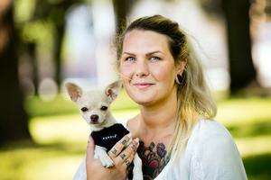 En badare. Rebecca Jansson och hunden Molly vill bada tillsammans. Någon badplats för hundar står dock inte att finna i Örebro.
