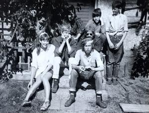 En paus i arbetet 1967, från vänster Annelie Nilzon, Thomas Jansson, Jan-Olof Eklund, Jörgen Adolfsson, Mats Andersson, Roiny Nilzon och Leif.