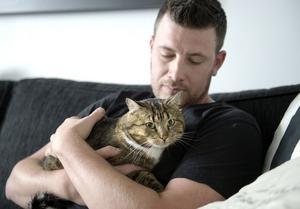 Katten Svenny heter numera Benz och bor med husse Erik Sandin i Bosvedjan.