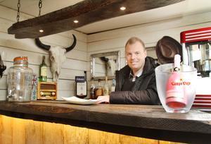 Fredrik säger att det är populärt bland gästerna att få hänga bakom baren och servera.