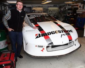 Per-Erik Axehult med sin racingbil, en Rocket Racing Chevrolet Camaro GT1 med maxfart över 350 kilometer i timmen.