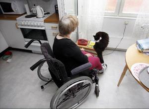 """""""Under långa dagar är det skönt att sitta och prata med Lucas"""", säger Ruth.För ett drygt år sedan flyttade hon in till äldreboendet Hällebo tillsammans med sin älskade katt."""