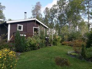 Lotta och Helenas sommarstuga är 55 kvadratmeter stort, har kök, ett allrum, två sovrum och en extra gäststuga på tomten.