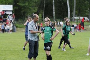 Derbyhjälten Johan Eriksson intervjuas av Sportens Erik Illerhag i vår livesändning från traktorderbyt mellan Gestrike/Hammarby och Torsåker.