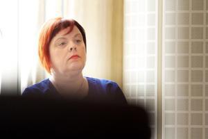 Socialchefen Tina Mansson Söderlund beslutade att stänga av chefen, som misstänks för ringa narkotikabrott, med omedelbar verkan.