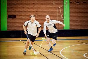 Sebastian Blomstrand, i fjol lagkapten i Jemtland här i duell med Daniel Bixo, nyförvärv från Nyfors med Mörsil som modersklubb.