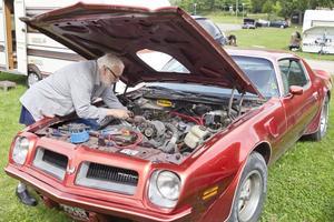 """Pontiac Transam-74 455. Helge Kalsnes från Norge är på PM för sjätte gången och servar/putsar sin bil inför cruisingen. """"Har dotter med man med här och vi väntar hit fler vänner""""."""