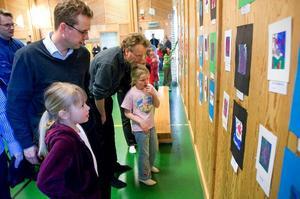 """Konstvänner. Ida och Mats Kols avnjuter den känsloladdade konsten i Sörviksskolans """"konsthall"""". På bilden även Annie Andersson tillsammans med pappa Lars-Gunnar Jansson."""