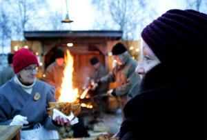 Hammerdalsbördiga Amanda Bågling från Oslo köpte kolbullar av Birgitta Martinsson och andra från föreningen