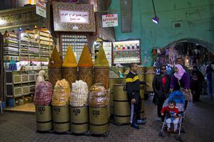 Souken i Marrakech bjuder på mängder av intryck: Myllrande folkliv, vackra färger och spännande saker att köpa.