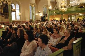 Fullsatt. Luciakonserten drog mycket folk, det blev fullsatt, förutom i kyrko-bänkarna, även de tre läktarna och trapporna upp.