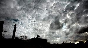 Industriepok i graven. Örebro Pappersbruk stod det först på taket, sedan Örebro Kartongbruk. Nu är en 109-årig industriell era till ända.