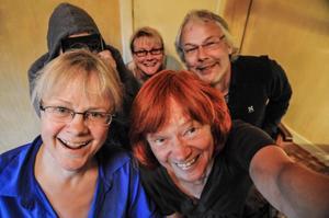 Britt-Inger Nilsson och Britt-Liz Jönsson,  längst bak står den hemliga gästen, Siv Sjöberg och kapellmästaren Mats Jonsson. Mikael Eriksson kunde inte vara med på bilden. Han var ute på älgjakt.