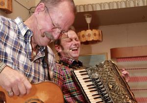 Janne Krantz och Bengan Jansson drog två fulla hus i Hjortnäs på fredagskvällen.