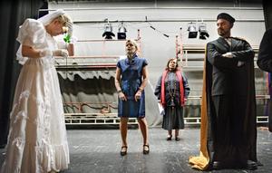 Ratad. I bröllopsstunden ratas Hero, spelas av Viktoria Kvarnbrant, av Claudio, Kalle Rönnåsen. Heros mor spelas av Gunilla Kallrén-Stansvik och prästen vid fototillfället av Cristina Broman.