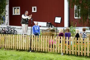 Klimathot, insikt och lösningar. Den brittiske fotografen Chris Steel-Perkins tog i går några bilder vid den miljöcertifierade Vallens skola, Kovland, för att visa på lokalt miljöengagemang. Bilderna kommer kanske med i en internationell- och nationell fotoutställning som visas i Sundsvall i september.