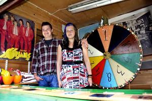 Retrokänsla. Joakim Wikander och Corina Larsson sköter bollkastningen och chokladhjulet. Folkparken har kvar sina gamla attraktioner.Foto: Elin Kjellin