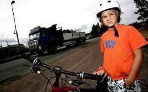 Nu får 10-årige Tomas Hagland och andra fjärdeklassare i hans område åka skolbuss till skolan trots att de enligt reglerna inte är berättigad till det. Skolförvaltningen har tänkt om.FOTO: TOMAS NYBERG