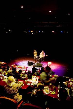 En ringräv och en kommande stjärna. Så presenterades Malin Foxdal och Clas Yngström som igår inledde årets säsong av lunchkonserter på Spegeln. Till det bjöds det på svampsoppa.