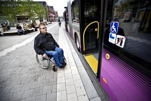 """Fick inte åka med. """"Det sitter ju till och med en liten skylt med en rullstol vid dörrarna, är det inte ironiskt att man inte får åka med"""", säger Gert Erlandsson."""