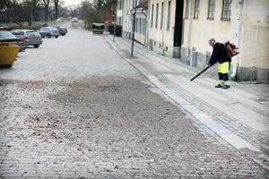 Teknik och Idrott har börjat ta bort grus och skräp från trottoarerna i centrum. Owe Dürichen blåser bort gruset. FOTO: TONY PERSSON
