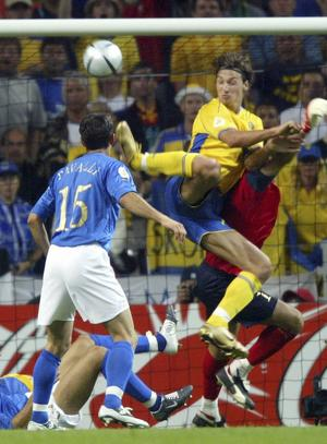 Zlatan Ibrahimovic konstklackar in 1–1 mot Italien i EM 2004. Arkivbild.