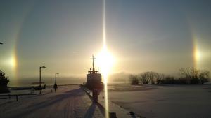 Över Västerås syntes i fredagsmorse en praktfull vädersol. Vädersolar skapas när många iskristaller åstadkommer reflektion av solljus. Det är ett optiskt fenomen i atmosfären som i vissa vädersituationer syns som färgade ringar och bågar på himlen. Ljuskällan till dessa fenomen är antingen månen eller solen. Vädersol, eller det äldre namnet