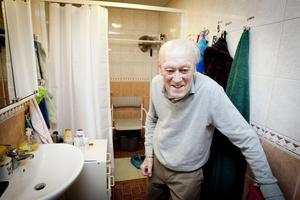 Bertil Nises är minst sagt upprörd över att han och hustrun inte kan använda duschen.