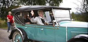 Börje Björklund åker i en jämnårig Chevrolet 1927:a genom Karsjö för att berätta byns historia.