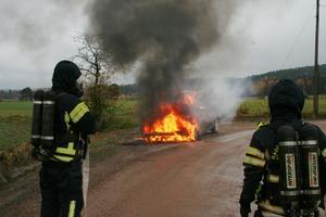 Motorbrand förstörde bil helt.