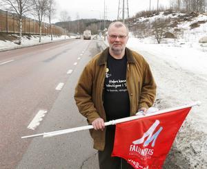 Anders Nilsson från Hofors kommun ser till att finska flaggor och VM-flaggor vajar längs vägarna.
