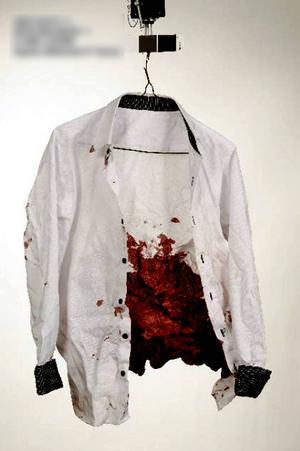 Skjortan som det 23-åriga offret bar vid attacken.
