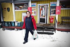"""Inger Engelmark kommer just ut från affären med fulla matkassar. Hon är en av Bodsjöborna som handlar i den lokala affären. """"Jag handlar aldrig någon annanstans än här"""", säger hon."""