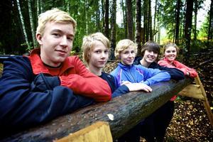 Källbottens IK:s skidungdomar tycker att den nya hinderbanan är ett bra tillskott för träningen. Från vänster: Alexander Karlsson, Linus Borg, Viktor Djerf, Albin Lewerentz och Ebba Ejnarsson.