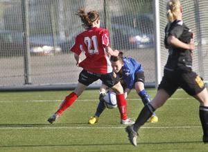 Jenny Blomdahl är framme och oroar Viktoria Lindgren i Moheds mål.